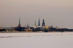 Het oude panorama van Riga over bevroren   Stock Afbeeldingen