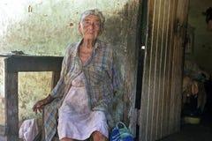 Het oude Paraguayaanse vrouwenleven in grote armoede stock foto