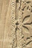 Het oude patroon van houten kader snijdt bloem op houten achtergrond royalty-vrije stock foto's