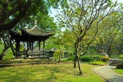 Het oude paviljoen van China in park Stock Foto's