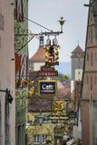 Het oude restaurant ondertekent rothenburg stock afbeeldingen