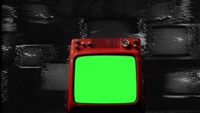Het oude Rode Groene Scherm van TV in het midden van Vele TVs Lawaaiachtergrond bw toon stock videobeelden