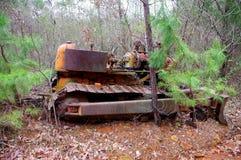 Het oude roesten verlaat bulldozer in het bos stock afbeeldingen