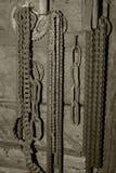 Het oude roestige ketting hangen op de muur royalty-vrije stock foto's