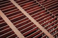 Het oude roestige net van het ijzerafvoerkanaal. Stock Afbeelding