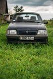 Het oude roestige parkeren van Opel Ascona C van de sedanauto in groen gras op oud Royalty-vrije Stock Foto