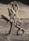 Het oude roestige schaar hangen royalty-vrije stock foto's