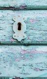 Het oude rustieke mooie slot en het sleutelgat van de huis houten deur royalty-vrije stock fotografie