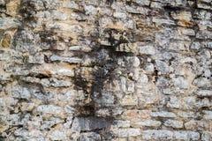 Het oude ruwe metselwerk van de steenmuur met donkere stroken van water Stock Foto