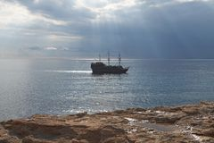 Het oude schip in het zonlicht Stock Foto