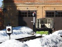 Het oude smalle close-up van de maatspoorweg in de winter stock afbeelding