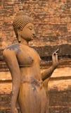 Het oude standbeeld van Boedha bij het Historische Park van Sukhothai, Thailand Stock Foto