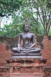 Het oude standbeeld van bronsboedha werd gecreeerd door het geloof in Boeddhisme dat sinds oudheid aan het heden bestond royalty-vrije stock afbeelding