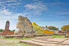 Het oude standbeeld van slaapBoedha Stock Foto's