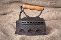Het oude steenkoolijzer op stoffenachtergrond Royalty-vrije Stock Foto's