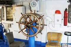 Het oude stuurwiel van het schip stock foto