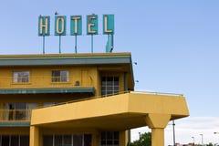 Het oude Teken van het Hotel boven het Motel van de Weg stock fotografie