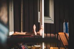 Het oude teruggetrokken mens ontspannen in de de zomerzon stock foto's