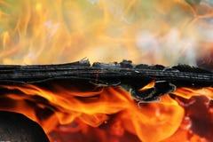 Het oude triplex brandt prachtig in de brand met de vorming van textuuras Royalty-vrije Stock Afbeelding
