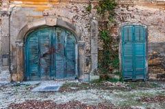 Het oude turkoois kleurde houten die ingangsdeuren met graffiti worden bespoten royalty-vrije stock foto