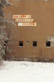 Het oude uithangbord op het geruïneerde huis Royalty-vrije Stock Afbeelding