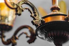 Het oude uitstekende close-up van de koperkroonluchter stock afbeelding