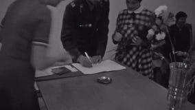 Het oude uitstekende zwart-witte van de film militaire man en vrouw document van het tekenshuwelijk stock videobeelden