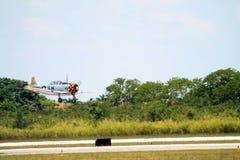 Het oude vechtersvliegtuig vliegen Stock Afbeelding