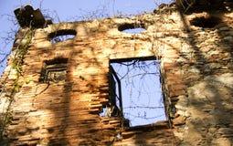 Het oude verlaten bulding Stock Afbeeldingen