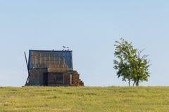 Het oude verlaten huis of het chalet brengt in steppe onder royalty-vrije stock foto's