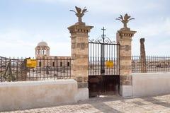 Het oude vernietigde gebouw bevindt zich op een mijnenveld op de oude vernietigde de bouw van BaptismaThe tribunes op een mijnenv Royalty-vrije Stock Afbeeldingen