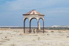 Het oude vernietigde gebouw bevindt zich op een mijnenveld op de Doopplaats van Jesus Christ - Qasr Gr Yahud in Israël Stock Fotografie