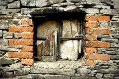 Het oude verwoeste venster obstructie voert binnen royalty-vrije stock afbeelding