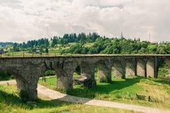 Het oude viaduct van de spoorwegbrug Stock Afbeelding