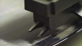 Het oude vinyl spinnen stock video