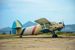 Het oude vliegtuig is bij de luchthaven stock afbeeldingen