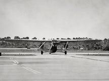 Het oude vliegtuig taxxing Royalty-vrije Stock Foto's