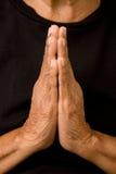 Het oude vrouw bidden stock afbeeldingen