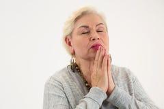 Het oude vrouw geïsoleerd bidden royalty-vrije stock afbeelding