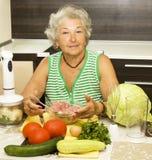 Het oude vrouw koken Stock Foto