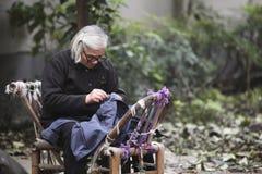 Het oude vrouw naaien in Hangzhou, China stock fotografie