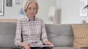 Het oude Vrouwen Komende en Beginnende Werk aangaande Laptop stock videobeelden