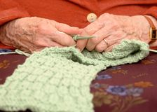 Het oude vrouwenhanden breien Stock Fotografie