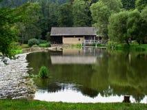 Het oude water zag dichtbij de rivier, Mening over kalme waterspiegel vóór vlot royalty-vrije stock fotografie