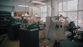 Het oude werktuigmachinemateriaal Oude op zwaar werk berekende fabriek stock footage