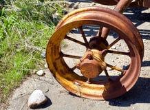 Het oude wiel van de ijzerploeg stock foto