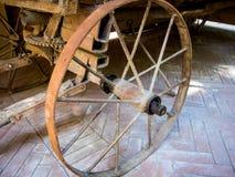 Het oude wiel van de metaalkar van een oude wagen stock afbeeldingen