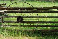 Het oude wiel van de metaalwagen Stock Foto