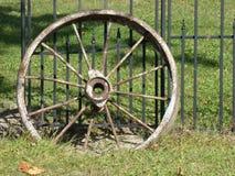 Het oude wiel van de metaalwagen Stock Fotografie