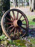 Het oude wiel van de tijdwagen stock afbeeldingen